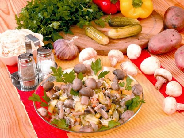 Салат с грибами и овощами